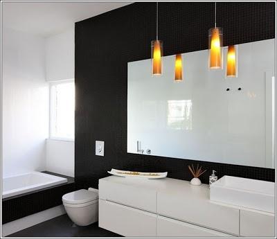 Salle de bain en noir et blanc avec des lampadaires oranges