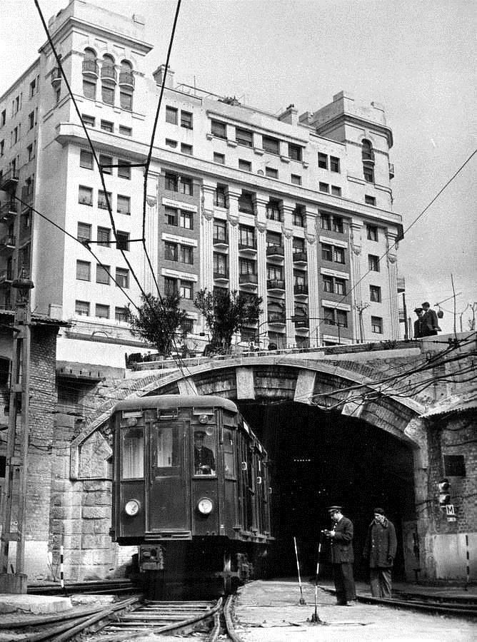 El @metro_madrid en Cuatro Caminos. 1959  ¿Cuál es el truco? CC @SecretosdeMadri @Ls_Madriles @RetoHistorico