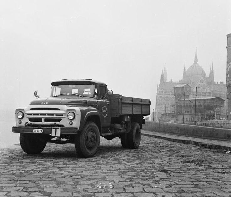 year: 1975  image ID: 118465  hits: 241 / 254  orig: MHSZ / Széchenyi rakpart, Zil teherautó. Jobbra a metróépítés felvonótornya, háttérben a Parlament.