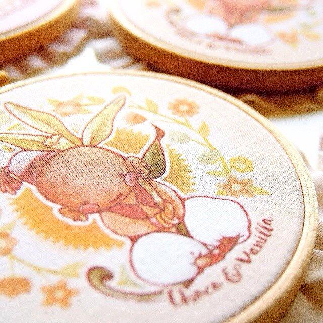 """Lovely mini 4"""" embroidery, made with much love to decorate your desk, shelf, or wall.  —  Adorables mini bastidor de 10 cm, hechos con mucho amor para decorar tu mesa, estantería o pared."""