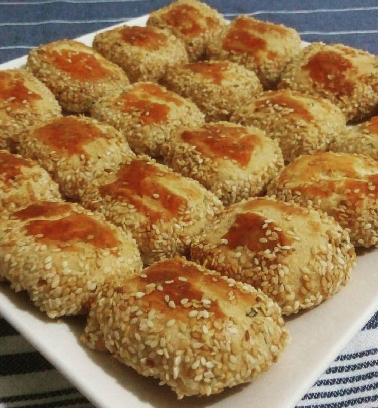 """235 Beğenme, 6 Yorum - Instagram'da Aysun Gürsoy Denizli (@lezzetin_resmi): """"#peynirli #susamlı #mayasız #poğaça 125 gr yumuşak tereyağ, 1 çay bardağı sıvı yağ, 1 çay bardağı,…"""""""