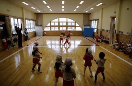 3月10日、東日本大震災から3年を迎えるが、福島第1原発から約55キロ離れた福島県郡山市の子どもたちは今なお「見えない敵」と闘っている。同市の幼稚園で2月撮影(2014年 ロイター/Toru Hanai)  ▼11Mar2014 Reuters|アングル:震災3年、福島の子どもが闘う「見えない敵」 http://jp.reuters.com/article/domesticJPNews/idJPTYEA2A03J20140311