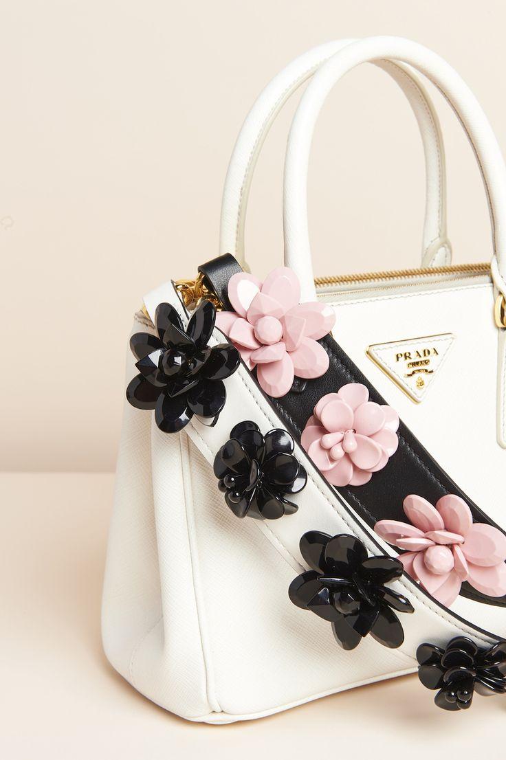 Аксессуары дня: цветочные ремни для сумок Prada