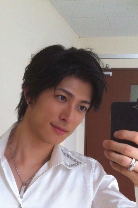 """""""Esta criatura linda é o ator que interpreta o Kakashi em Naruto Stage Play. Seu nome é Kimisawa Yuki."""""""