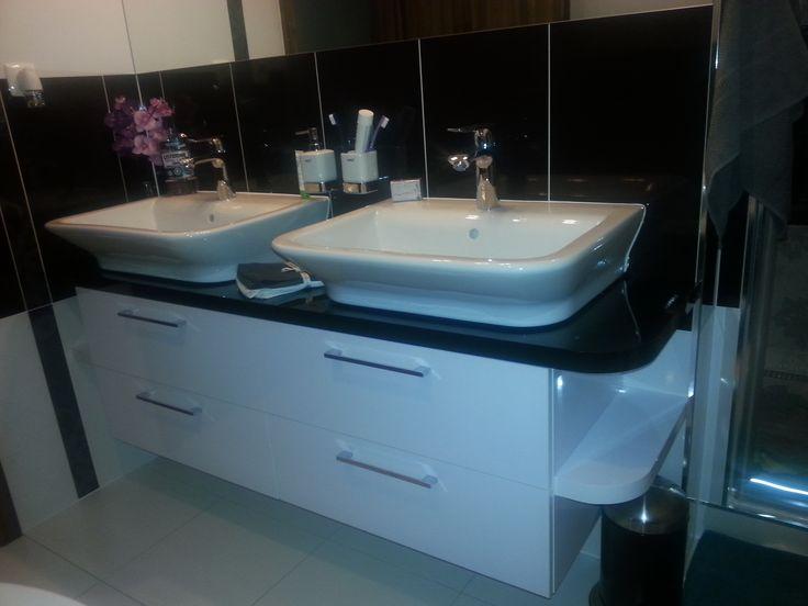 Kúpeľňová skrinka so styrmi zásuvkami a bočnými otvorenými poličkami