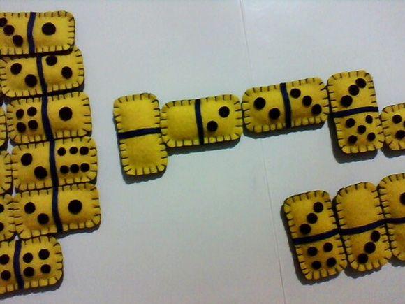 Jogo de Dominó dos Minions  Jogo feito com feltro  Preenchidos com fibra  28 peças  Produzido por encomenda em diversas cores  Partida de Dominó super divertida R$ 50,00