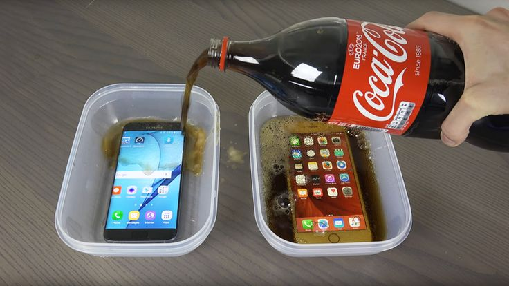 Un usuario de YouTube decidió poner a prueba a dos de los mejores celulares del mercado: un Samsung Galaxy S7 Edge y un iPhone 6s Plus, sumergiéndolos dentro de un recipiente con Coca-Cola, y colocándolos en el congelador durante 9 horas.