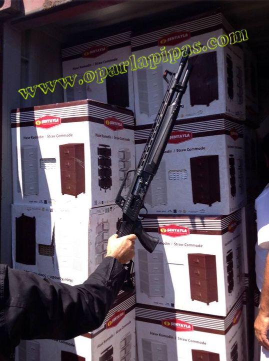 """ΑΠΟΚΑΛΥΨΗ - ΔΕΙΤΕ ΑΥΤΟ... 52 τονοι όπλα πυρομαχικά σε κοντέινερ που υποτίθεται ότι μετέφεραν έπιπλα για τα hot spots των λαθρομεταναστών. - """"Ο ΕΠΙΧΕΙΡΗΜΑΤΙΑΣ"""""""