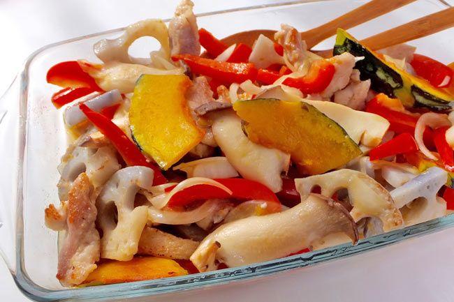 """鶏肉を使ったボリュームたっぷりのおかずマリネと、シンプルな材料でさっぱり頂ける野菜のマリネの2種。美味しさの秘密は、マリネ液のベースに甘酒を使うこと。""""飲む点滴""""と言われる甘酒は、材料のごはんが麹菌の働きにより必須アミノ酸やブドウ糖などに変化しています。..."""