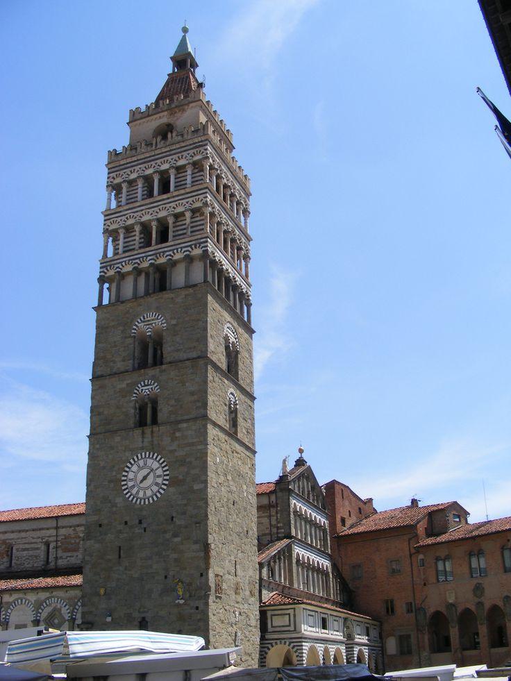Nella foto il campanile del Diomo di Pistoia o Cattedrale di San Zeno del XII secolo da cui risulta completamente separato. Il campanile del duomo di Pistoia si inserisce in una serie di torri campanarie con terrazze sommitali definite a loggetta, tra i quali si annovera anche la torre della chiesa di San Nicola a Pisa. Qui B&B a Pistoia in Toscana http://bedandbreakfast.place/it/bb-toscana/pistoia/pistoia