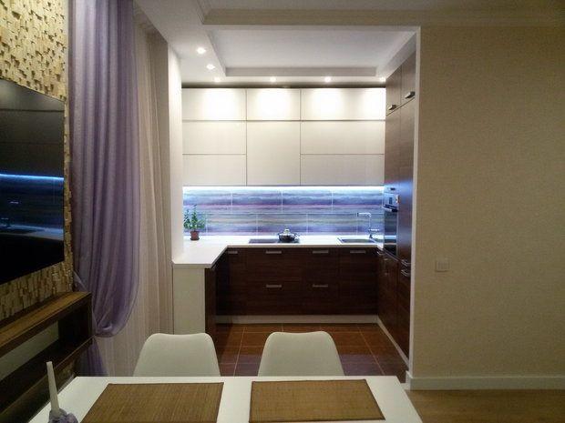 """Кухня: """"семейная"""" деревянная стена и нежные акценты"""