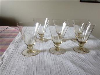 Champagnefärgade vinglas. Glimma glasbruk.