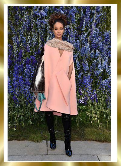 Από τη Νέα Υόρκη έως το Μιλάνο και από το Λονδίνο έως το Παρίσι, οι Εβδομάδες Μόδας προσελκύουν έναν τεράστιο αριθμό ανθρώπων της μόδας, δημοσιογράφων, fashion bloggers, αλλά φυσικά και διεθνών stars που μαγνητίζουν στις πρώτες θέσεις των catwalks. Έτσι και η Rihanna, ούσα το πρόσωπο του οίκου Dior, βρέθηκε στο fashion show του γνωστού brand και λατρέψαμε την εμφάνισή της με το ροζ φόρεμα που έμοιαζε με κάπα, έχοντας μεταλιζέ λεπτομέρειες.. http://pressmedoll.gr/