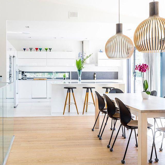 Lammi-Kivitalo -kodin avoin keittiö ja ruokailutila #keittiö #ruokailutila #valoisa #avara #valkoista #puuta #lammikivitalo #lammikivitalot #arkkitehtuuri #architecture #koti #omakotitalo