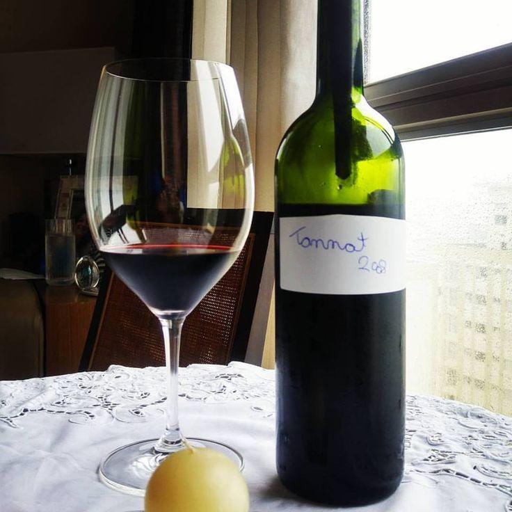 Tannat 2008. MARAVILHOSO. EXCELENTE. Utilizamos taças Riedel grandes para aproveitar o máximo. Aromático, condimentos misturados com tabaco. Extremamente elegante. Encorpado como qualquer Tannat, é um cavalheiro. Vale muito a pena conferir este Tannat de Santa Catarina.  Conheça www.vivaovinho.com.br/  #vinho #vivaovinho #winelovers #dicasdevinhos #wine #winetasting #vinicola #winery #adega #degustação #winetips #brasil #vinhosbrasileiros #tannat…