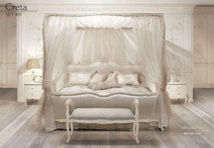 Гарнитур для спальни Creta от итальянского производителя Angelo Cappellini. Гарнитур включает в себя двуспальную кровать с балдахином, две тумбочки, и скамью. Двуспальная кровать с балдахином из вуали. Высокое изголовье и изножье обито текстильной тканью и окантовано рамой с резным декором. Скамья с подлокотниками и с мягкой обивкой из текстиля. Тумбочки на фигурных ножках оснащены двумя выдвижными ящиками. Мебель для гарнитура изготовлена из древесины и украшена резьбой ручной работы…