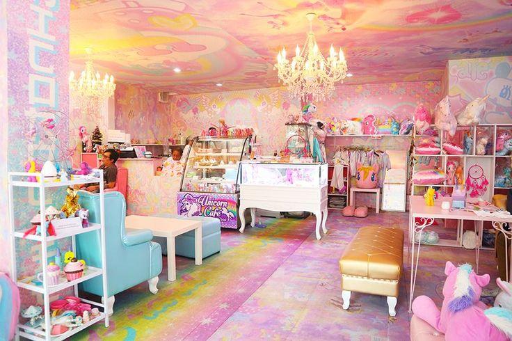 Unicorn Cafe es una cafetería muy curiosa y cursi situado en Bangkok y repleta de My little pony, peluches con forma de unicornio... Fotos de la c...