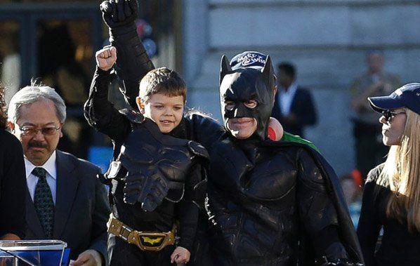 Já falamos aqui no Hypeness da Make-a-Wish - uma organização especializada em realizar sonhos de crianças com doenças graves (relembre aqui), e dessa vez eles criaram uma ação de encher os olhos de lágrimas. Miles é um herói de 5 anos que luta contra a leucemia desde quando tinha meses de idade. O seu sonho era ser o Batman, e a Make-a-Wish ajudou-o a realizar esse desejo. Para isso, a cidade de São Francisco foi transformada em Gotham City, na sexta-feira, dia 15 de novembro de 2013. Miles…