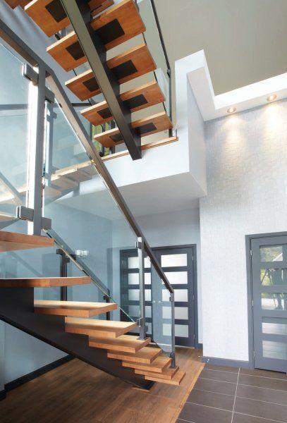 Escalier contemporain vitré donnant du caractère à chacun des niveaux de la maison