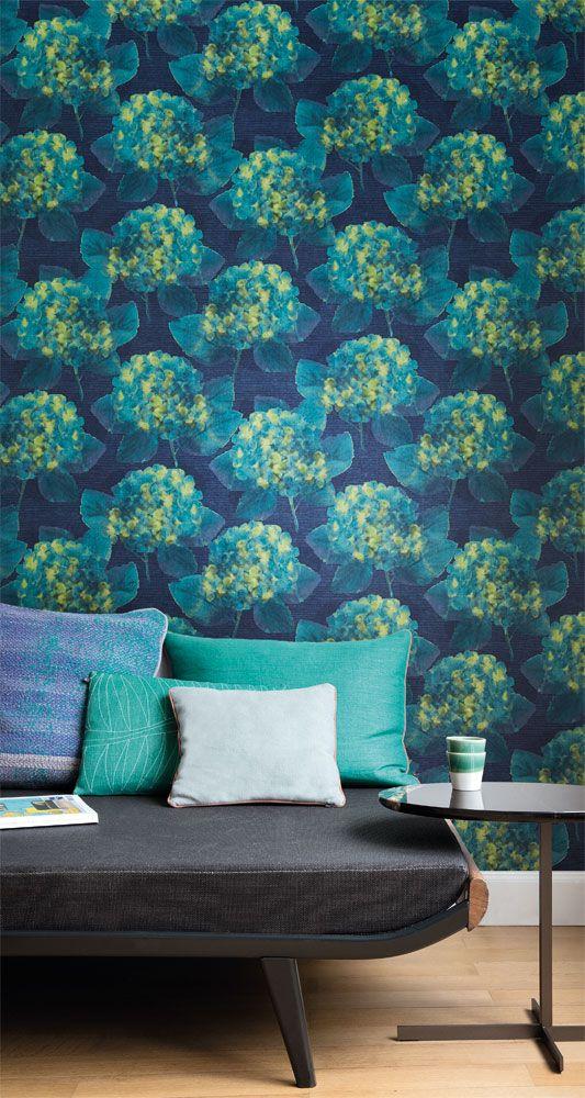 Tapetkollektionen Kurioza är fylld med vackra, lekfulla mönster inspirerade av naturen och geometriska former. I kombination med fantastiska livfulla nyanser i vackra föreningar skapas uttrycksfulla tapeter som sprider glädje i hemmet. Förälska dig i Kurioza! Art.nr KUR302