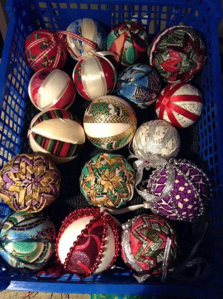 Julkulor i massor. Gjorda av frigolitkulor, tyg och band.