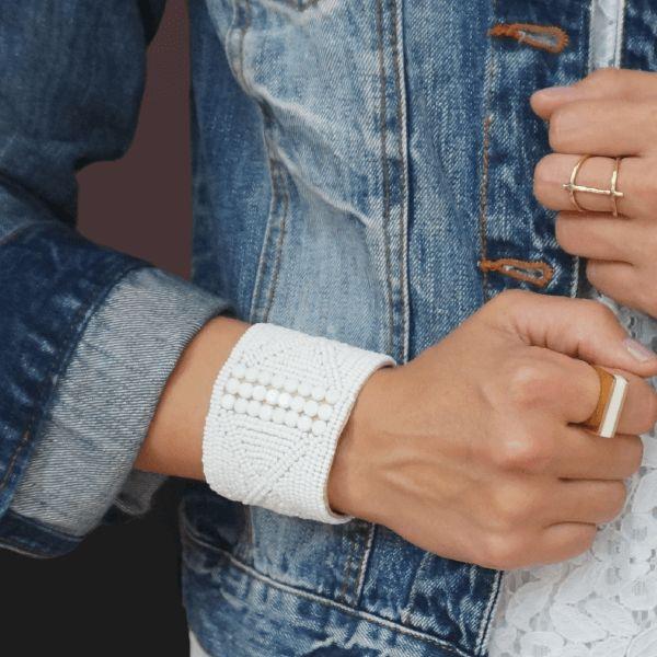 Bracelet manchette en perles, inspiré des parures portées par les jeunes guerriers Massaïs - Commerce équitable - Mode éthique #modeethique #sustainablefashion #handmade #slowfashion #moderesponsable #fairtrade #commerceequitable #upcycling #maasai #massai #jewelry #ethicaljewelry