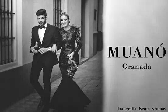 Elegante vestido de noche en gasa , encaje y pailletes con pedrería y plumas. Muanó Granada. Fotografía krum krumov.