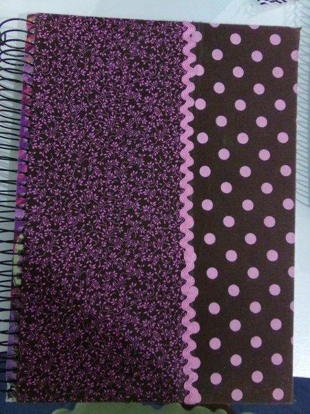 Esse é um dos cadernos antigos, usei apenas tecidos com estampas diferentes e cores iguais, e para o acabamento utilizei a sianinha, que você encontra em armarinhos e lugares que vendem aviamentos.