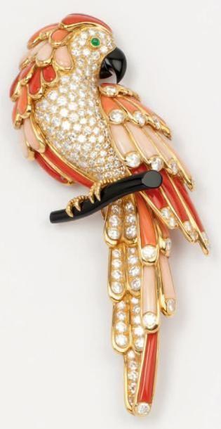 VAN CLEEF & ARPELS   Broche «Perroquet» en or jaune ornée de diamants, corail de trois tons, d'onyx, l'oeil serti d'une émeraude. Signée Van Cleef & Arpels et numérotée. Avec écrin. Poids 41,8 g