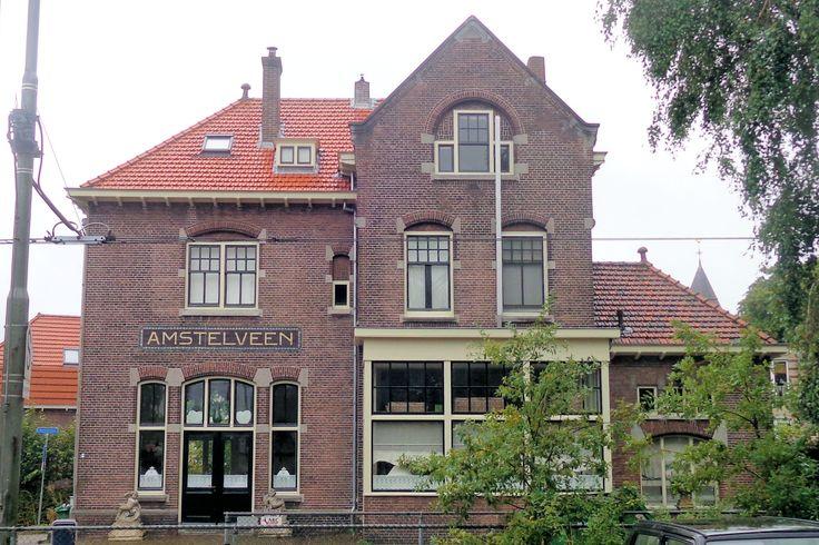 Bij het station aan de Stationsstraat stopten tot 1950 stoomtreinen met passagiers. Daarna werd de spoorlijn nog gebruikt voor goederentreinen, maar in 1975 was dit ook afgelopen. Sindsdien rijden er historische elektrische trams vanuit Amsterdam via het Amsterdamse Bos naar Amstelveen en Bovenkerk.