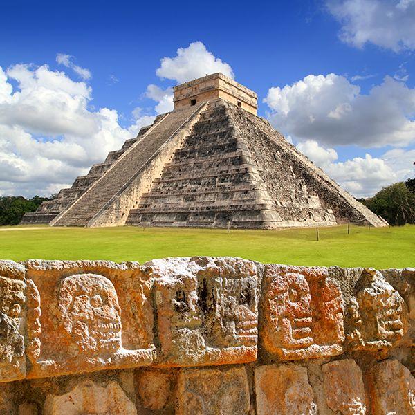 """Yucatán nos regala una de las 7 maravillas modernas. Su nombre viene de las palabras mayas: """"Chi"""" (boca), """"Che'en"""" (pozo), """"Itz"""" (mago o brujo) y """"Há"""" (agua) que significa: """"En la orilla del pozo de los brujos de agua"""". #México #Yucatán #historia #ChichénItzá #maya #historia #maravilla #tour #lifestyle #cultura #arqueología #traveltips"""