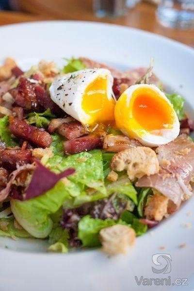 Většina chlapů se zeleninovými saláty moc nekamarádí, proto přidávám tento recept na salát, který jsem nazval chlapský salát. Proč? Vyzkoušejte!