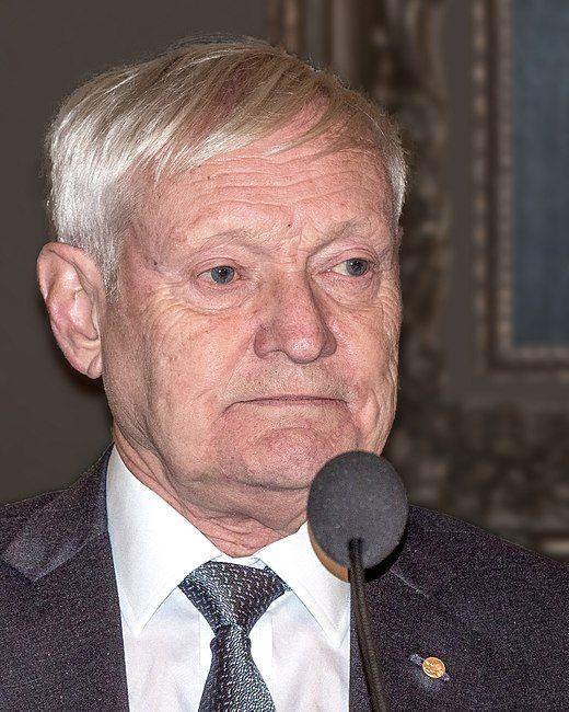 Nobel chimie 2017. Joachim Frank, né le 12 septembre 1940 à Weidenau, district de Siegen, est un chimiste et universitaire allemand naturalisé américain. Professeur à l'université Columbia et membre de l'Académie américaine des arts et des sciences, il poursuit des travaux en cryo-microscopie électronique qui lui valent le Prix Nobel de chimie 2017, qu'il partage avec Jacques Dubochet et Richard Henderson.