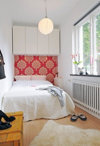 good storage idea and wallpaper idea for small guest bedroom