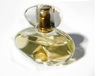 Cómo hacer perfumes caseros con una esencia a base de feromonas | eHow en Español