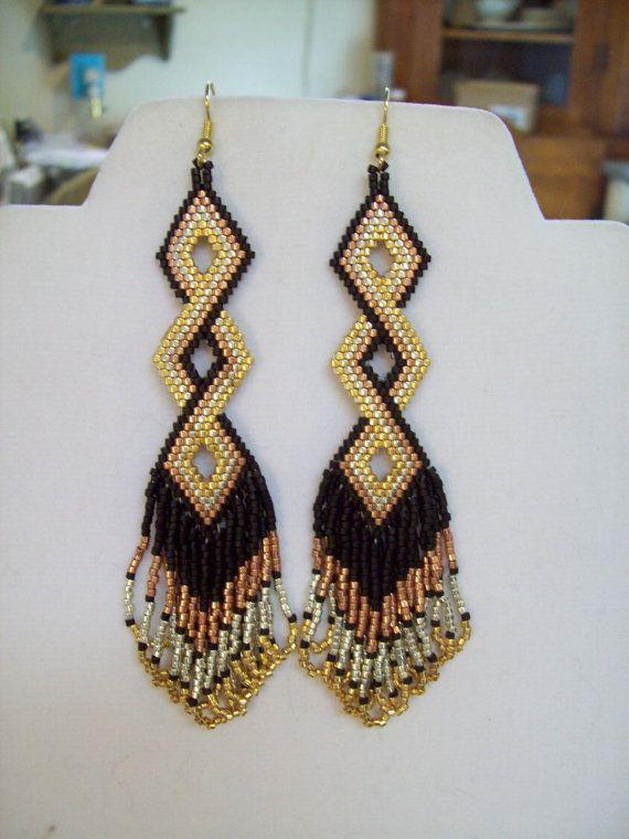 Ces boucles torsadées faite par Elaine, avec noir, or, argent et cuivre Delica Beads. Ils sont environ 3 1/2 à 4 po long avec des fils dor sur
