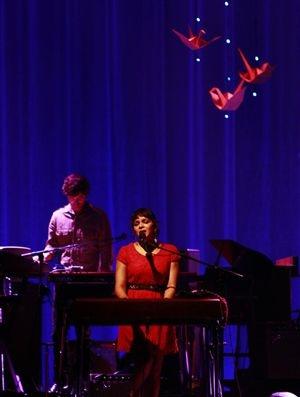 13-dez-12 - Norah Jones cancela concertos no Brasil após morte do pai - o citarista RAVI SHANKAR - que faleceu nesta quarta feira aos 92 anos. Ela vai devolver o dinheiro dos ingressos mas promete voltar muito em breve ao Brasil - Jornal Correio da Manhã.