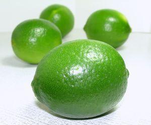 El jugo de limón es efectivo para quitar manchas de óxido, de tinta y de moho.También se usa para darle sabor a las comidas y para quitar malos olores.