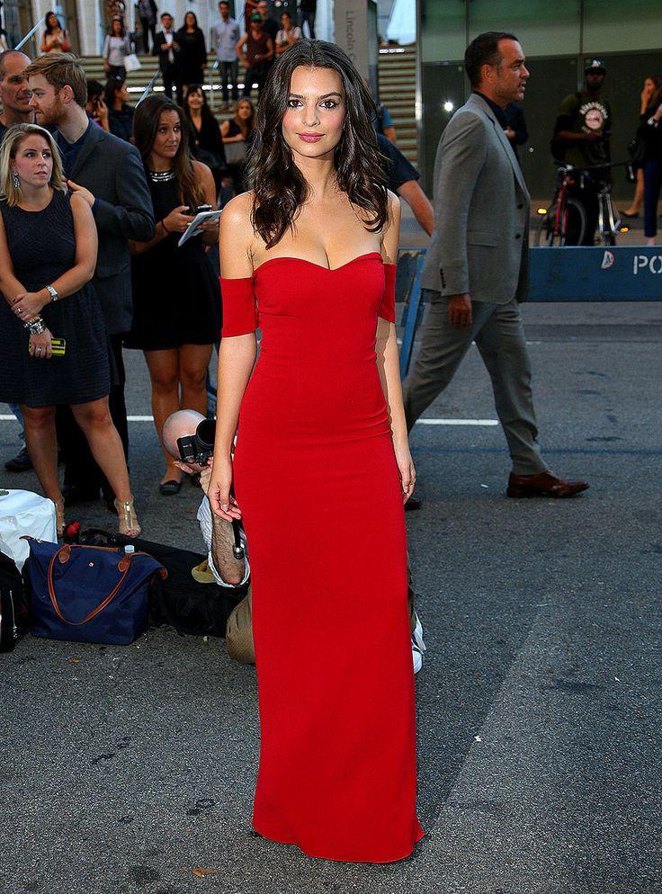 En un look de vestido rojo strapless, en Nueva York.
