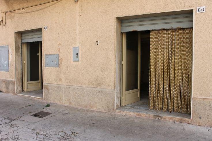 RIF.753 Monopoli-Centro, vendesi casa d'epoca con due ingressi indipendenti composta da 2 vani più accessori con volte a botte. Ideale anche come locale.