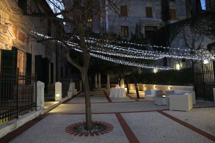 Una scia di luci illumina il giardino di sera.  Giardino - Palazzo della Meridiana