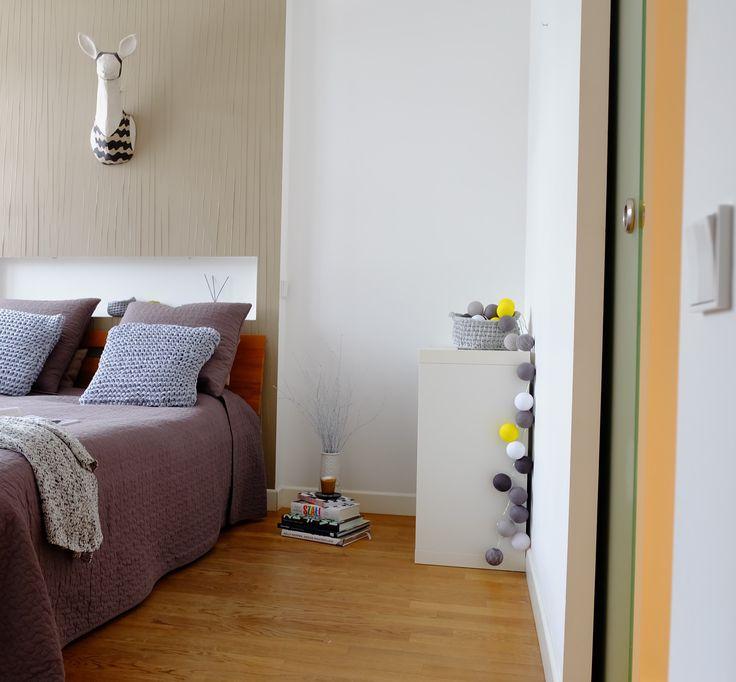 Mieszkanie, które jest dobrze zaprojektowane służy nam na długie lata. Jednocześnie pozwala na zmianę stylizacji zgodnie z  aktualnymi trendami. #bedroom #interiors #wood #floor #wallpaper #jacektryc #wnętrza #interiordesigner #blog #pillows #grey #handmade