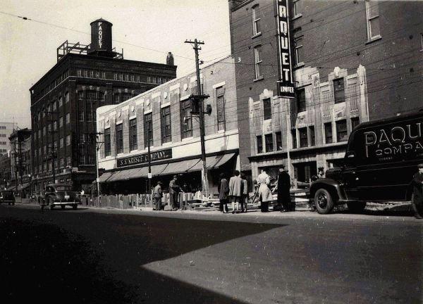 Vue du boulevard Charest vers l'ouest en 1947. Les bâtiments numérotés sont évoqués dans le texte (Quartier Saint-Roch - Boulevard Charest - La Compagnie Paquet Limitée - Édifices anciens - 1947, BAnQ, Fonds Paquet-Le Syndicat inc, P726,S44,P243).