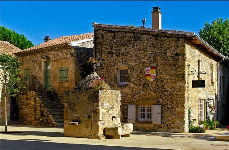 Richerenches Ancienne Commanderie des Templiers de Provence, l'histoire de Richerenches se découvre en flânant le long du village, de ses rues, ses placettes, ses fontaines et ses monuments.