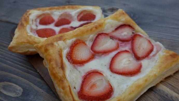 Lækre butterdejssnitter med jordbær og ostecreme