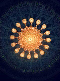 Oman - la moschea di Muscat...questo soffitto sembra un cielo stellato www.gitanviaggi.it