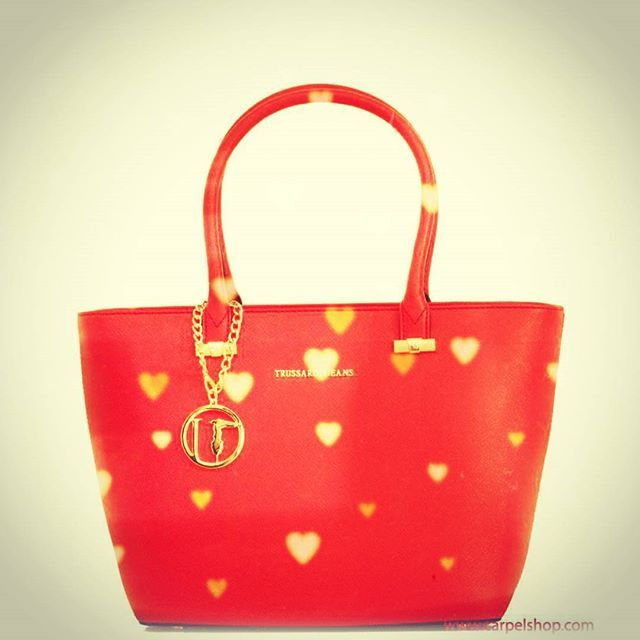 Happy San Valentino's Day! #Trussardi #trussardijeans #tjbag #italianbrand #redpassion #sanvalentino #lovers #instalovers #shoppingonline #Shopper #picoftheday #moodoftheday.  Link: http://www.carpelshop.com/trussardi/trussardi-levanto-shopper-rosso_522.html