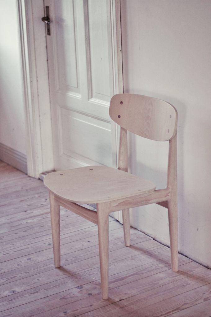 Stol i ask, vitpigmenterad