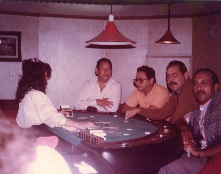 Nelson, Saul, Guillemo y yo en un casino de Bogotá