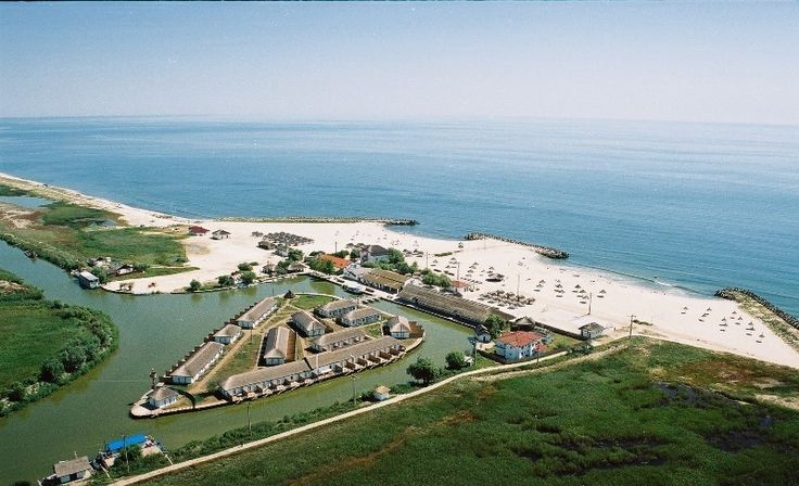 Gura Portiței este situată pe o fâșie îngustă de nisip, între Marea Neagră și Lacul Golovița, din Delta Dunării.